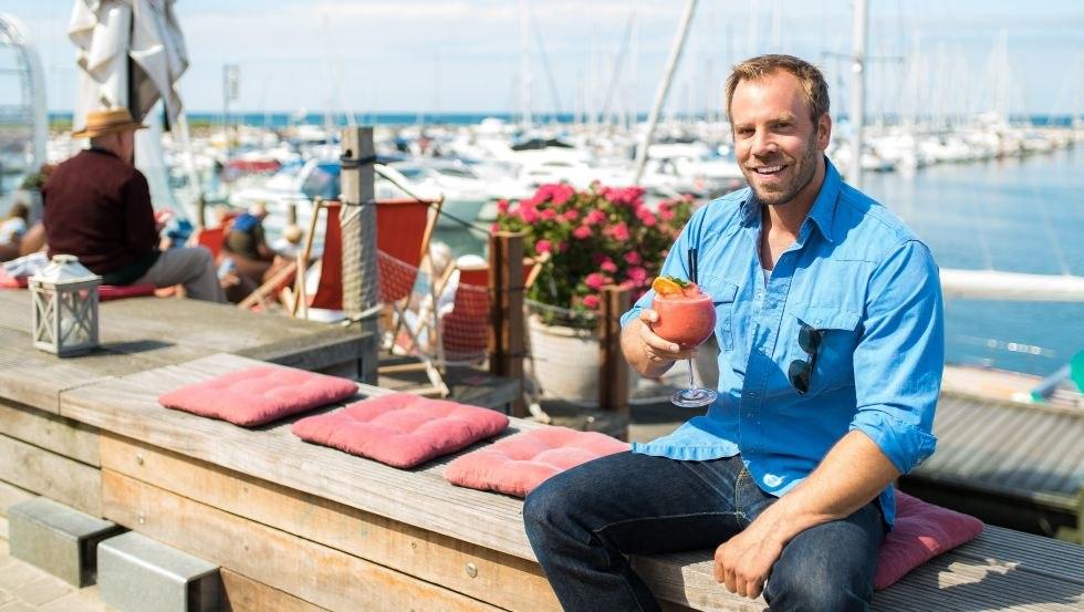 SOKO Wismar Kriminaloberkommissar Lars Pöhlmann, alias Dominic Boeer, genießt gern einen Cocktail im Bootshafen., © VMO, Alexander Rudolph